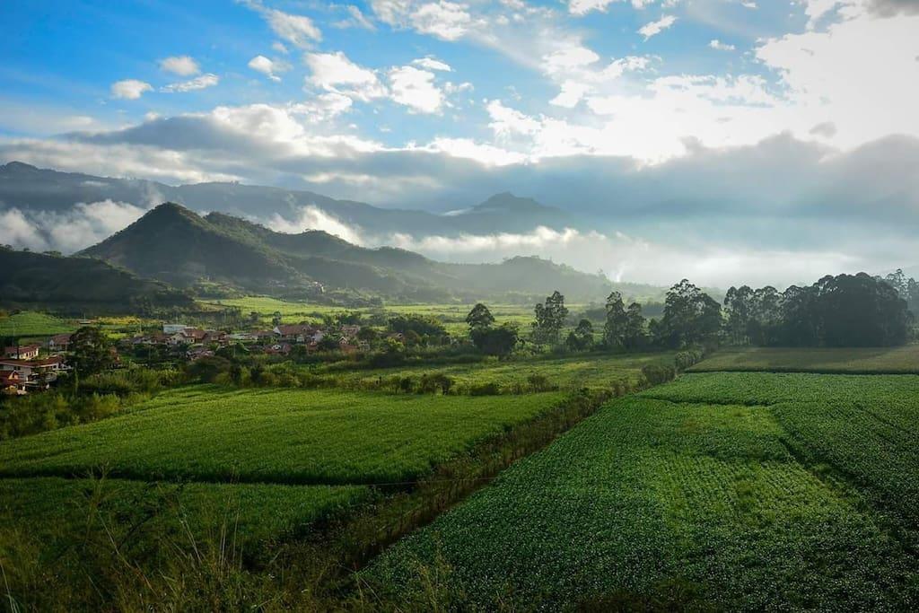 View from Santana of the walking trail to Malacatos (20 min)  Vista desde Santana del sendero a pie a Malacatos (20 min)