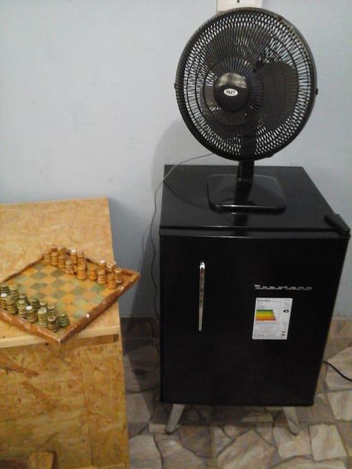 Frigobar disponível, ventilador e roupeiro