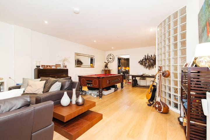 Huge, hip apartment in the coolest part of London - London - Apartment