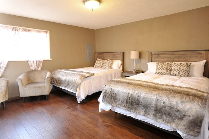 Gorgeous One bedroom Unit with 2 Queen Beds! - Santa Fe - Apto. en complejo residencial