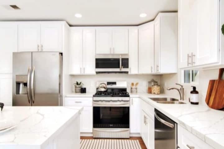Amenities Galore! Beautiful Home In Hillcrest!
