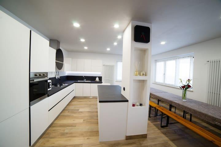 BLACKANDWHITE-HOUSE