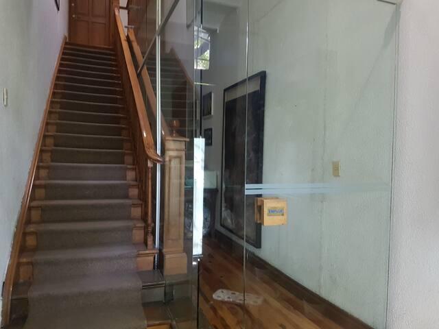 Hall de entrada a la casa la cual cuenta con 4 departamentos, el airbnb se encuentra en la planta baja