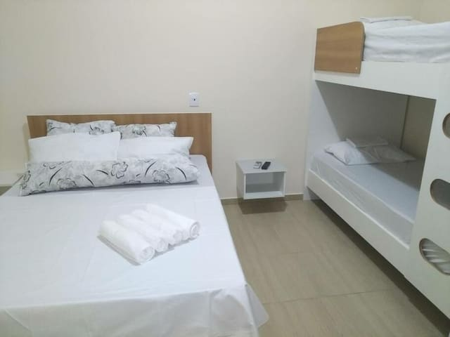 Quarto quádruplo  1 cama de casal  1 beliche  smart TV 40 polegadas  ar condicionado  frigobar  banheiro privativo