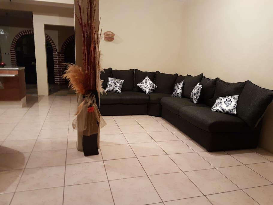 Sala de estar amplia y cómoda para recibir muchos huéspedes