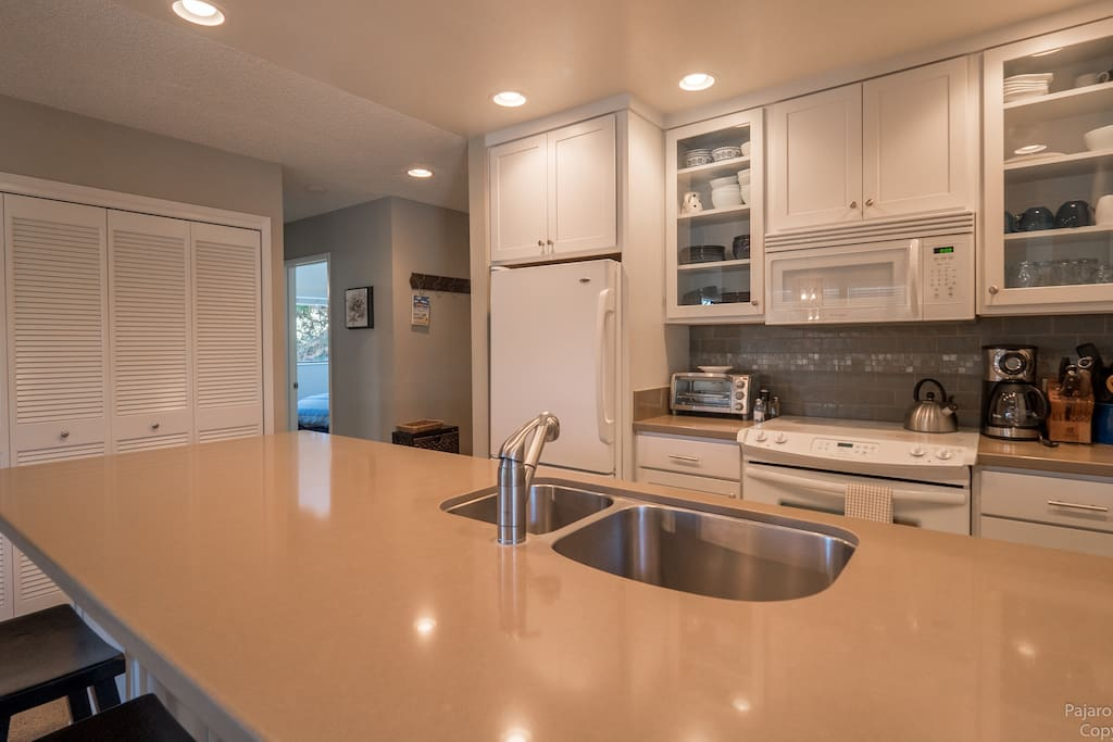 Fully equipped kitchen - dishwasher, coffee maker, electric range & oven. Vacation like you live here!