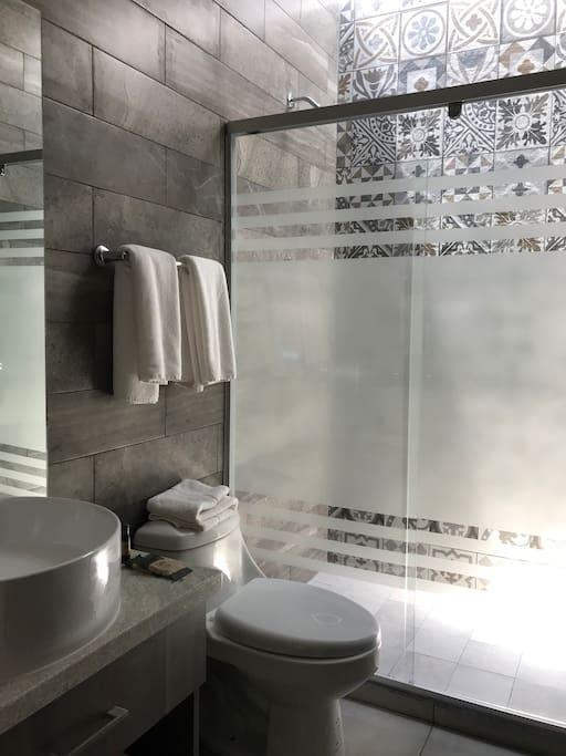 Todos los baños cuentan con iluminación natural.