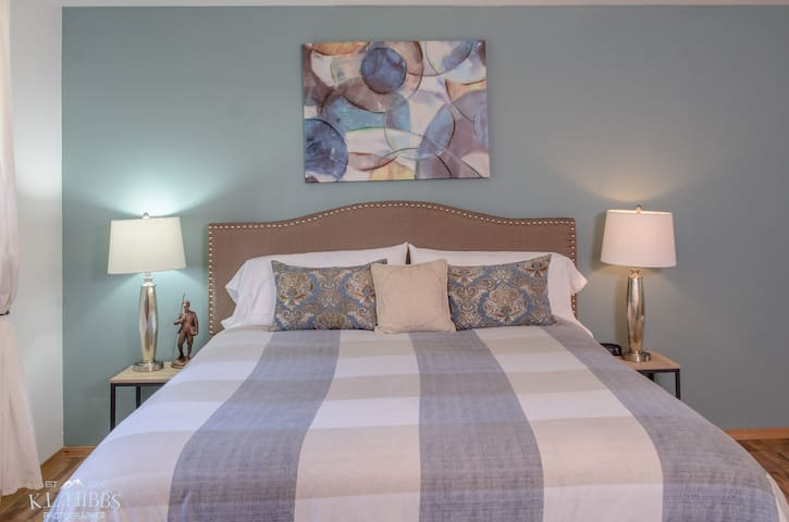 Juniper- King Bed Suite in Bed and Breakfast