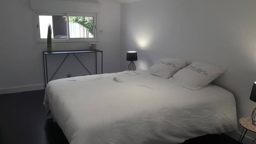 Suite parentale avec lit en 160x200 , composé d'une chambre attenante avec un lit gigogne, et d'une salle de douche.