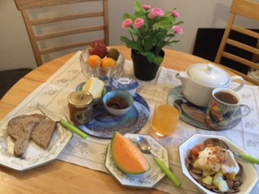 A light breakfast is included and should you wish a cooked breakfast the Bridge Cafe is a minutes walk from Number 4.
