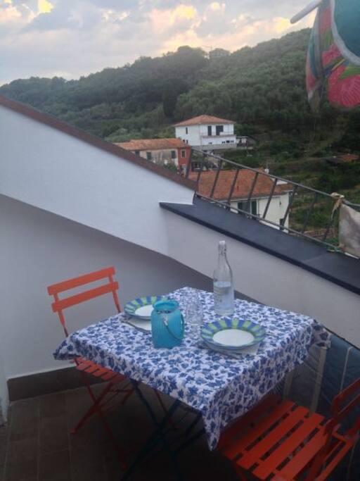Terrazzino con vista sulle colline verdi di fronte (The Terrace)