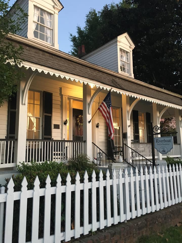 The Riverboat Bed & Breakfast-Green Stateroom