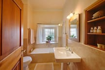 ROOM BEATRICE: BATHROOM