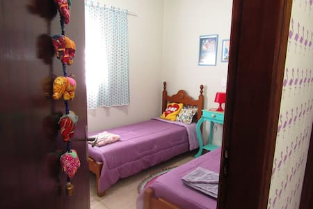 Casa Lilás da Parede de Abacaxis (Quarto 2 Camas) - Matão - บ้าน