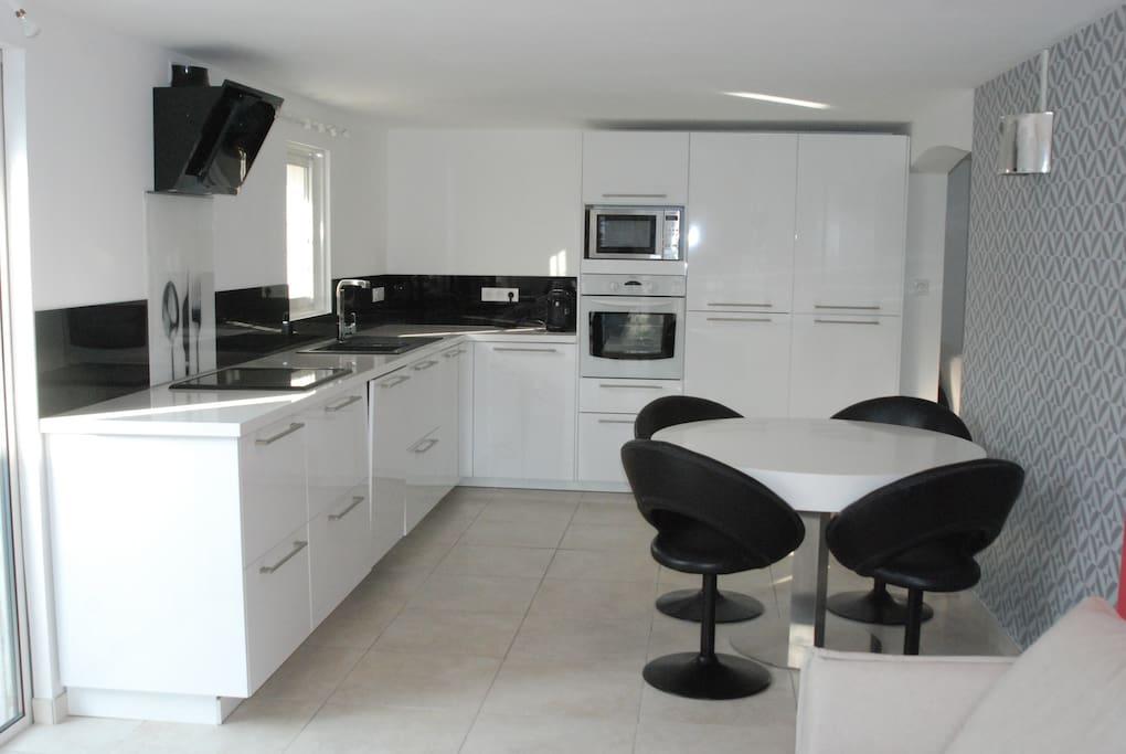 Cuisine Équipée. Lave Vaisselle, Lave Linge, Four, Micro-Onde, Réfrigérateur, Congélateur, Aspirateur.