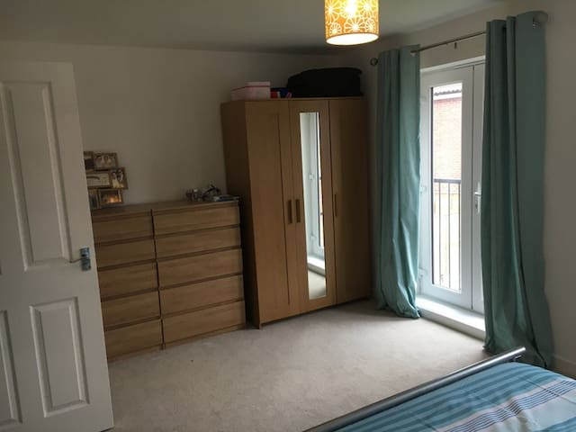 Huge brand new double room in shared house