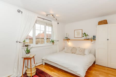 """2 bed +Sofabed 15min walk to tube w/Garden & 55""""TV"""