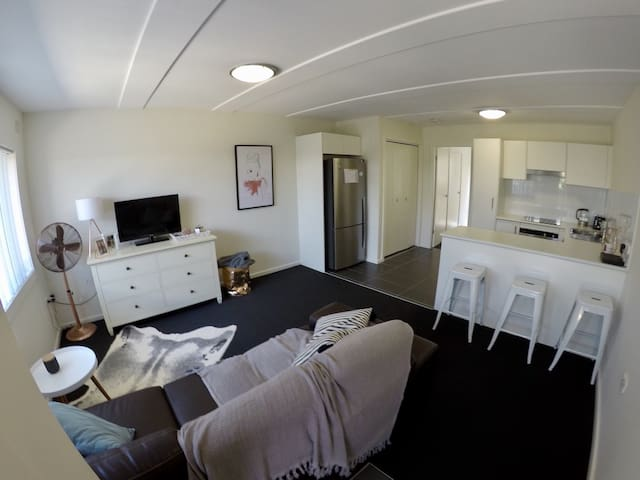 Brand new clean & comfy beach unit - Merewether - Appartement