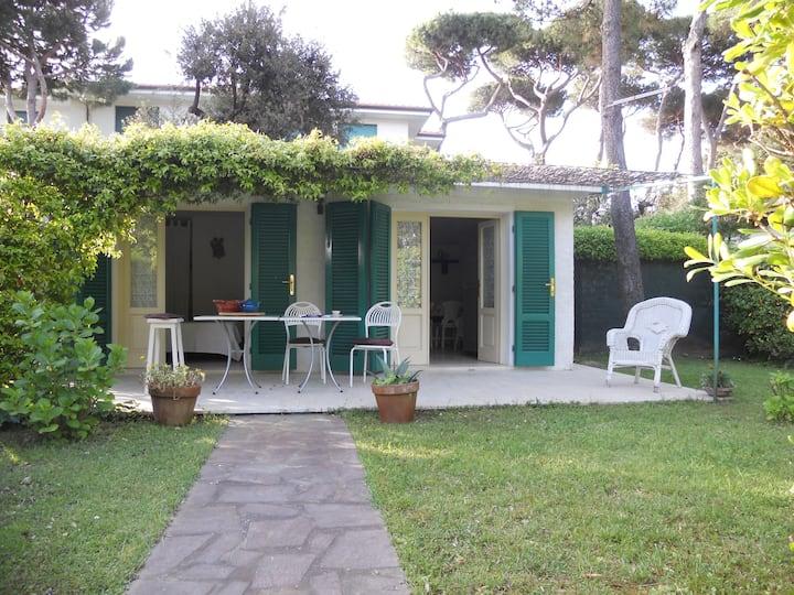 A Le Focette 350 mt. mare piccola casa e giardino