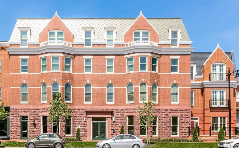 Alexandria Apartment near Braddock Road Metro