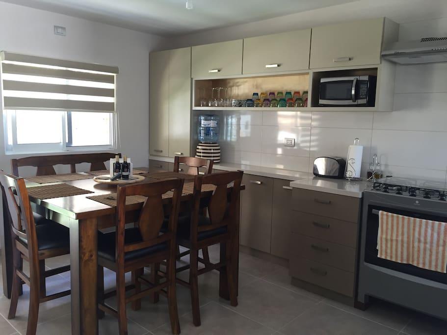Comedor y cocina - Kitchen and dining area