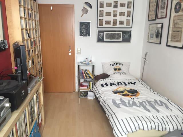 2 Zimmer in geräumigem Haus in guter Lage