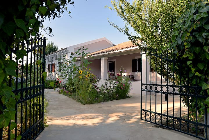 Quiet Family Home Near Logas - Peroulades corfu  - Hus
