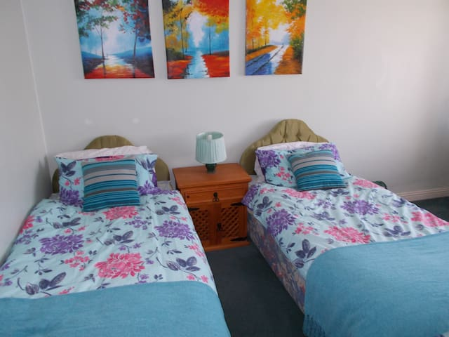 Twin room 10 minutes walk from Town Centre