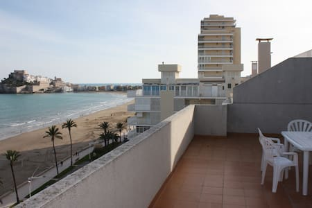 Atico en 1ª línea playa con aparcamiento y piscina - Peníscola