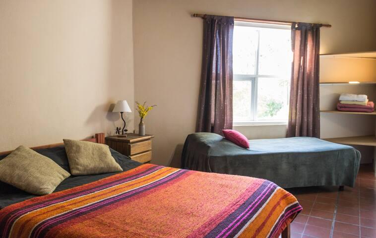 Habitacion con una cama de dos plazas + sommier de una plaza