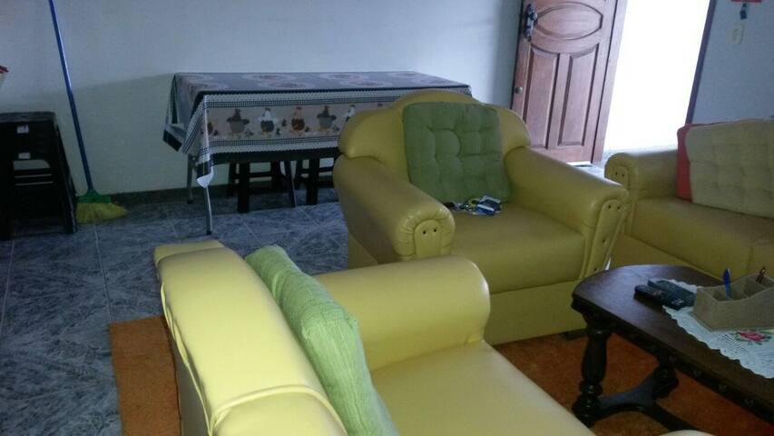 Sala de estar e mesa do térreo