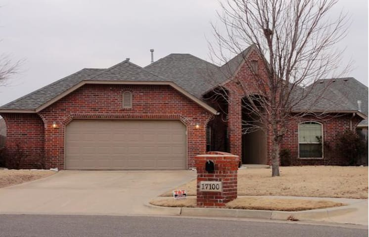 Comfortable, quiet neighborhood but close to all - Oklahoma City - House