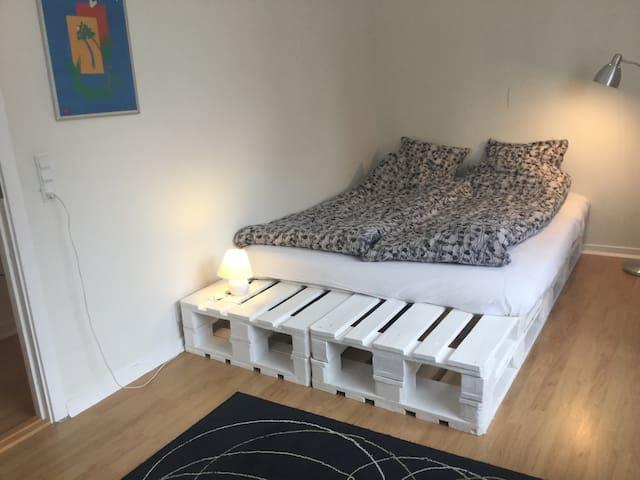 Hyggeligt værelse i privat lejlighed