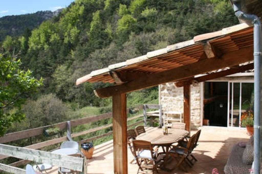 Grande terrasse avec vue, idéale pour des repas ensoleillés !