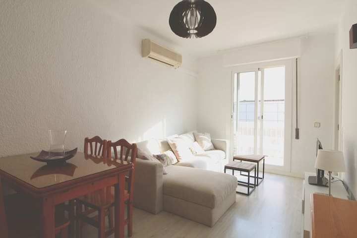 Central 2 bedroom apartment by the beach with wifi