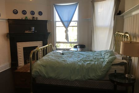Spacious room in strategic location - San Francisco