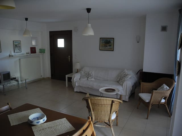 Quiet Comfy Apartment in Green near the Sea - Sikia - Leilighet