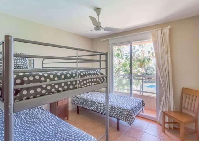 Habitación 2 (litera y cama).