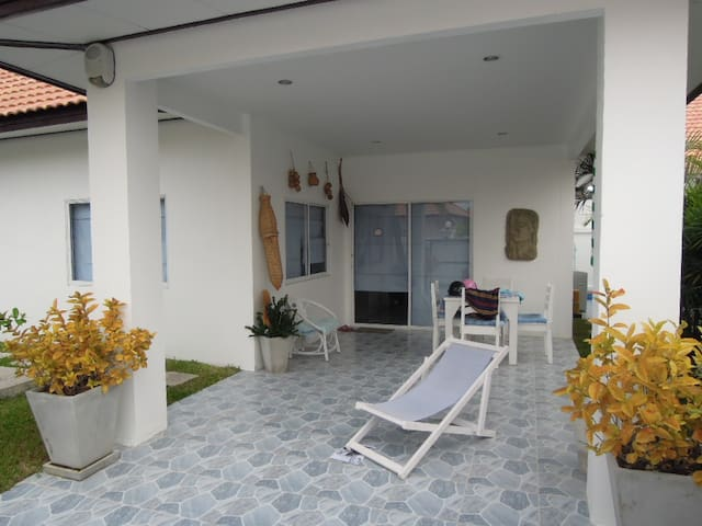modern pool home with 2 bedrooms - Chon Buri - Huis