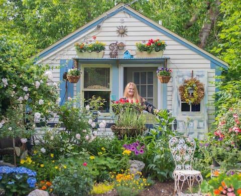 """Sweet & Cozy """"Rosebud Cottage"""" in Dennis Port-"""