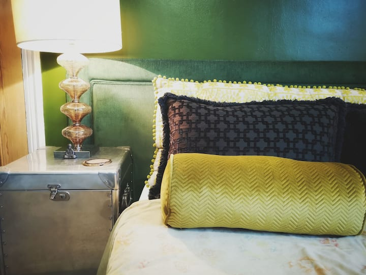 Stylish double bedroom  @ Kite-Pirates Abode