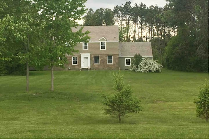Estate-like home in nature preserve. 5 min. to Alb