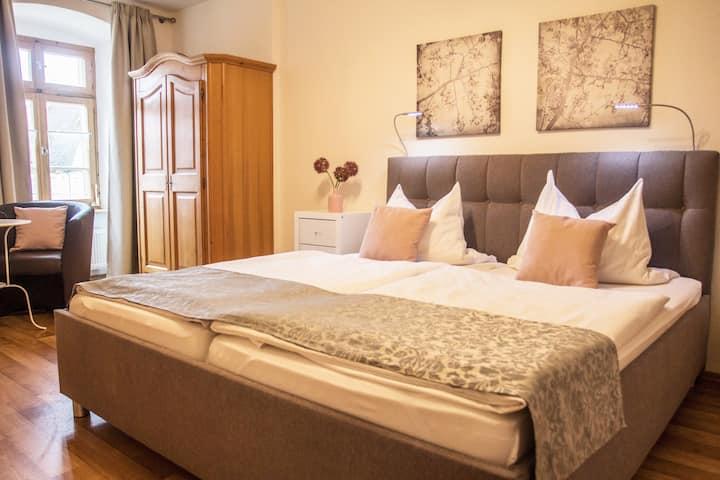 Ökonomiehof (Lichtenfels), Ferienwohnung Kapelle mit geräumigem Schlafzimmer
