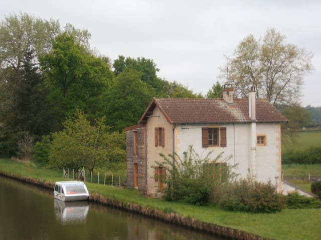 Quiet apartment on the canal