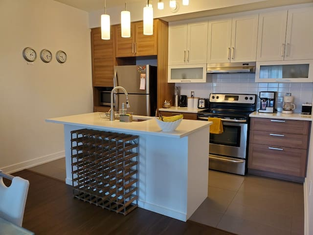 Beautiful new condo in lively neighbourhood!
