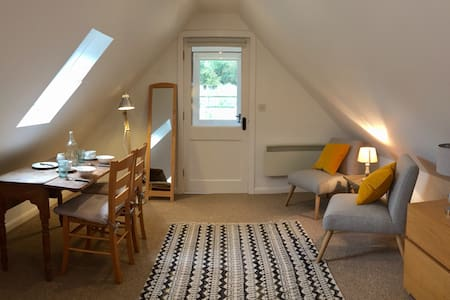 The Loft @Lime Cottage: private stylish loft space