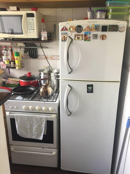 Heladera Freezer, Microondas y horno con cocina de 4 ornallas