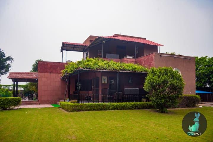 The Pepfarm- Farm house with pool for parties