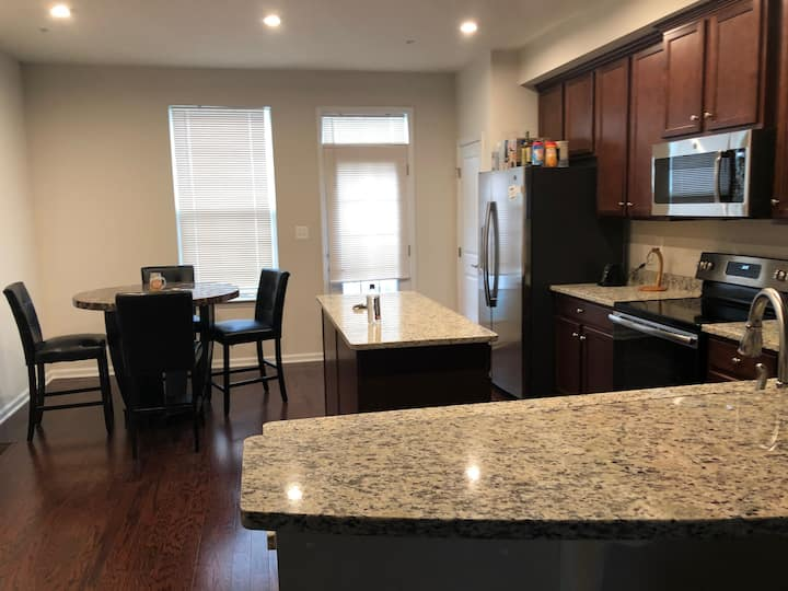 Luxury Townhouse Private Bed & Bath  minutes to DC