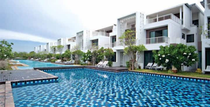 Golf course and beach resort airco appartment.